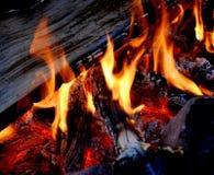 Lagerfeuer mit heißen Kohlen Lizenzfreie Stockfotos
