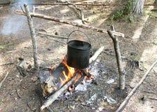 Lagerfeuer mit Kessel im Wald Lizenzfreie Stockfotografie