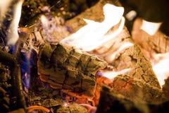 Lagerfeuer mit Protokollen Stockbild