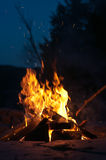 Lagerfeuer mit Schießen-Funken Stockfotos