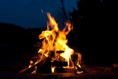 Lagerfeuer mit Schießen-Funken Lizenzfreies Stockfoto
