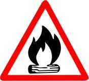 Lagerfeuer mit Vorsicht-Verkehrsschild des Brennholzikonenfeuers dem roten dreieckigen lokalisiert auf weißem Hintergrund Stockbilder