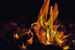 Lagerfeuer nachts lizenzfreie stockfotografie