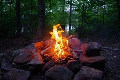 Lagerfeuer nachts in den Adirondack-Bergen von im Hinterland New York Lizenzfreies Stockfoto