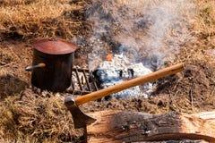 Lagerfeuer und Axt Stockfotos