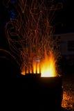 Lagerfeuer und Funken während des Sommerkampierens Lizenzfreies Stockfoto