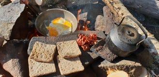 Lagerfeuerfrühstückstoast-Kaffeeeier stockfotografie