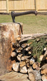 Lagerfeuerholz mit Axt Lizenzfreie Stockfotos