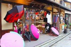 Lagerframdelen shoppar japanska paraplyer som skjortor säljer, Kyoto, Japan arkivbild