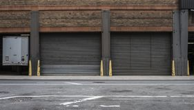 Lagergaragedörrar på en stadsgata Royaltyfri Foto