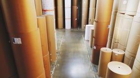 Lagerhaus voll von verpackenden Papierrollen mit Aufklebern stock footage