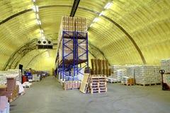 Lagern Sie Hangar des Polyurethanschaums, Speicherhangar mit Regalen und Waren ein Stockfotografie