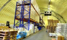 Lagern Sie Hangar des Polyurethanschaums, Speicherhangar mit Regalen und Waren ein Lizenzfreies Stockfoto