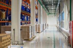 Lagern Sie und ein modernes System der gerichteten Lagerung der Produkte und der Waren ein lizenzfreie stockfotos