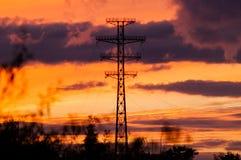 LagerStromleitungen auf einem Sonnenuntergang Lizenzfreie Stockfotos
