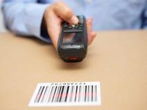 Lagerteknikeren kontrollerar materiel i lagring Fotografering för Bildbyråer