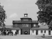 Lagertor mit dem Touristen, der herein bei Buchenwald geht Lizenzfreies Stockbild