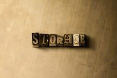 LAGERUNG - Nahaufnahme des grungy Weinlese gesetzten Wortes auf Metallhintergrund Stockfotografie