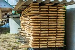 Lagerung umrandete Bretter gestapelt im Land Stockbilder