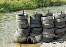 Lagerung von alten Reifen draußen Lizenzfreie Stockfotografie