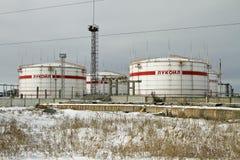 Lagerung von Petroletherprodukten auf dem Gebiet der Raffinerie, mit der Aufschrift LUKOIL. Stockbild