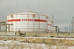 Lagerung von Petroletherprodukten auf dem Gebiet der Raffinerie, mit der Aufschrift LUKOIL. Lizenzfreie Stockfotografie