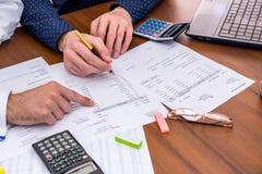Laget analyserar affärskostnaderna av årsbudgeten arkivbild