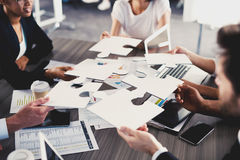 Laget av affärsmän arbetar tillsammans för ett mål Begrepp av enhet och partnerskap Royaltyfri Fotografi