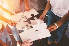 Laget av affärsmän arbetar tillsammans för ett mål Begrepp av enhet och partnerskap royaltyfri foto