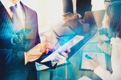 Laget av affärsmän arbetar tillsammans i regeringsställning med modern effekt Begrepp av teamwork och partnerskap Arkivbild