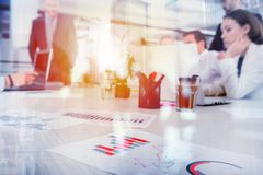 Laget av affärspersonen arbetar tillsammans på företagsstatistik svart isolerad teamwork för begrepp 3d illustration dubbel expon Arkivbilder