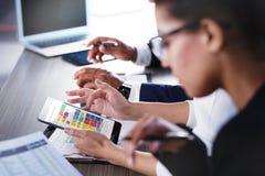 Laget av affärspersonen arbetar tillsammans svart isolerad teamwork för begrepp 3d illustration Fotografering för Bildbyråer