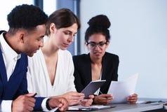 Laget av affärspersonen arbetar tillsammans svart isolerad teamwork för begrepp 3d illustration Royaltyfri Fotografi