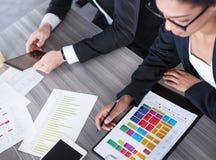 Laget av affärspersonen arbetar tillsammans svart isolerad teamwork för begrepp 3d illustration Arkivbild