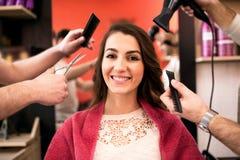 Laget av den yrkesmässiga hairstyisten tar omsorg av kundhår Fotografering för Bildbyråer