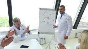 Laget av doktorer diskuterar mentala hälsor stock video