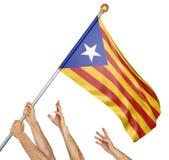 Laget av folk räcker att lyfta den Catalonia självständighetflaggan, tolkningen som 3D isoleras på vit bakgrund Royaltyfria Bilder