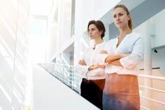 laget av kompetenta kvinnapartners av företaget misshog med resultatet av det viktiga mötet Royaltyfria Bilder