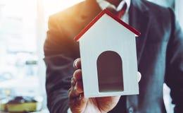 Laget för affärsmannen instämmer för att köpa en ny fastighet för funktionsdugligt jobb arkivbild
