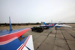 Laget för Sukhoi Su-30SM 36 ståtar det BLÅA ryska riddarekonstflygning av ryskt flygvapen under Victory Day repetition Royaltyfria Bilder