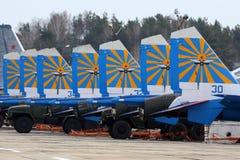 Laget för Sukhoi Su-30SM 36 ståtar det BLÅA ryska riddarekonstflygning av ryskt flygvapen under Victory Day repetition Royaltyfri Fotografi