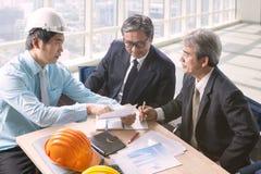 Laget för teknikman- och pensionärarkitektur projekterar möte in Royaltyfri Bild