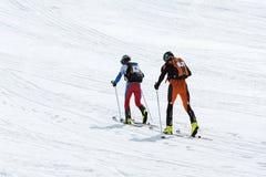 Laget skidar bergsbestigareklättring som berget skidar på Team Race skidar bergsbestigning 10 17th 20 2009 4000 ovanför för dagut Royaltyfria Foton
