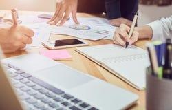 Laget som hjälper kläckning av ideerarbete Att att uppnå målet arkivbild