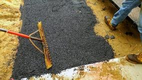 Laget stenlägger körbanaarbetaren på att asfaltera paveren Royaltyfria Bilder
