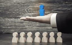 Lagframstickande ledarskap affär isolerad ledare över banawhite Lagframgång och prestation Förhöjning av effektivitet av arbete o royaltyfria foton