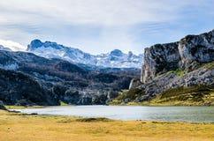 Laghi covadonga, Picos de Europa L'Asturia, Spagna immagini stock libere da diritti