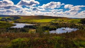 Laghi e generatori eolici nelle montagne fotografia stock libera da diritti