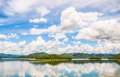 Laghi e nuvole di mezzo delle montagne belle Fotografia Stock