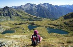 Laghi pieni d'ammirazione della montagna della ragazza Fotografie Stock